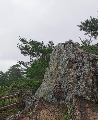 大きな岩がそびえ立つ風景