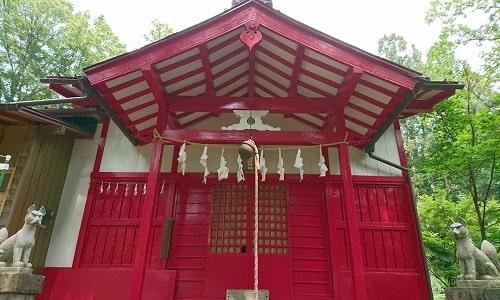 綺麗に赤く塗られている稲荷神社の拝殿(本殿)