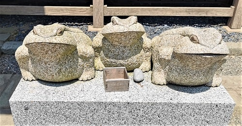 3匹のカエルの石像