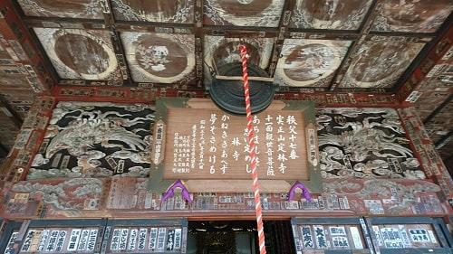 本堂の天井の絵と欄間の彫刻風景