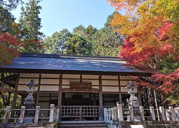 本殿と紅葉の風景