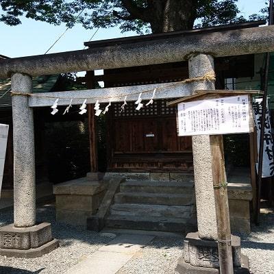 輪投げを行う前に参拝する加祐稲荷神社の拝殿