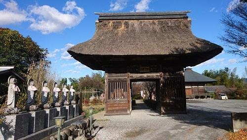 六地蔵が手前に並ぶ仁王門の風景