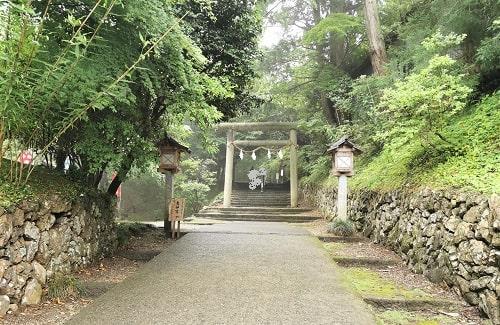 両脇に石垣がある参道と鳥居の風景