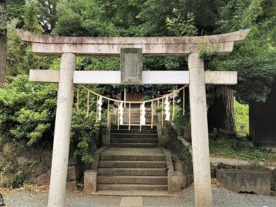 機神神社に行くための石段前にある鳥居の風景