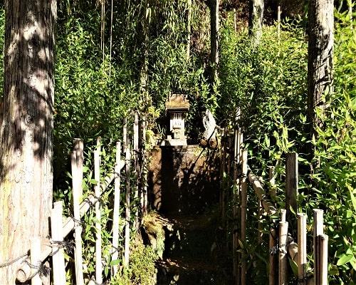 境内にある小さな祠の風景