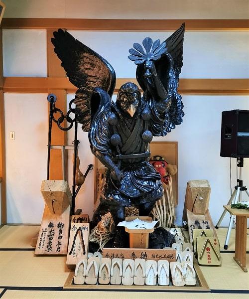 くちばしのある烏天狗の彫刻