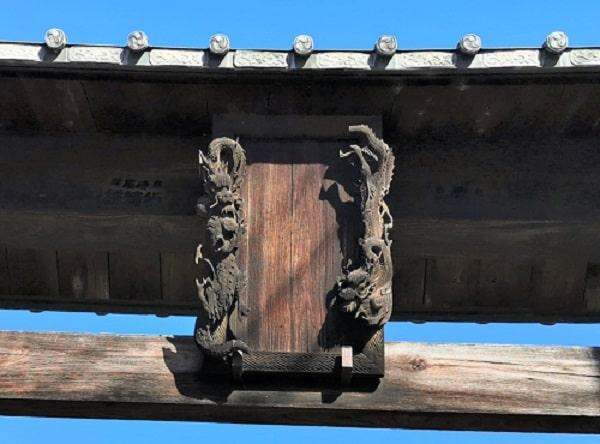 龍の彫刻が確認できる扁額の画像