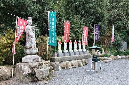 境内にある平和観音像と六地蔵尊が並んでいる風景