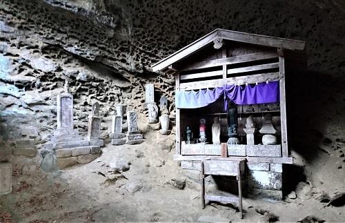 奇妙は岩壁の前にある堂の風景