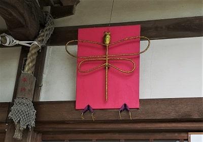 飾られているトンボの画像