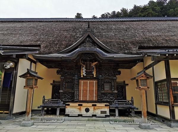 彫刻が見事な拝殿の風景