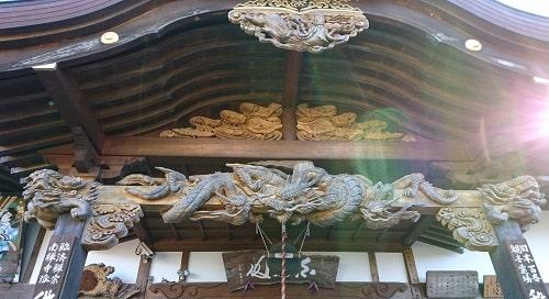 本堂の見事な龍の彫刻