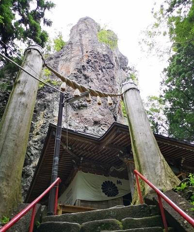 中之嶽神社の社殿と巨大な岩の風景