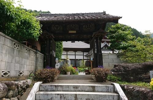 語歌堂の納経所である長興寺の入り口