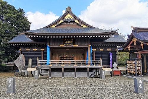 境内にある神楽殿の正面風景
