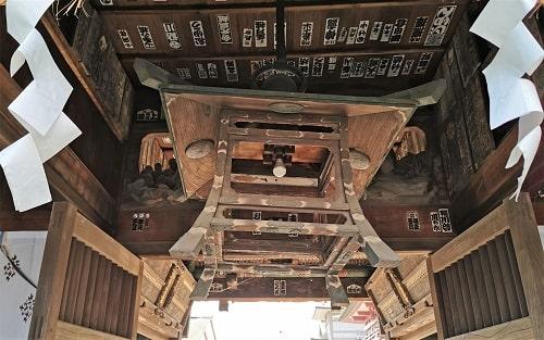 天井にぶら下がっている木製灯籠