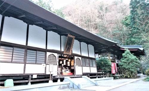 讃仏堂と奥に観音堂が写っている風景