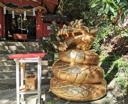 金色の大蛇の像がとぐろをまいている風景