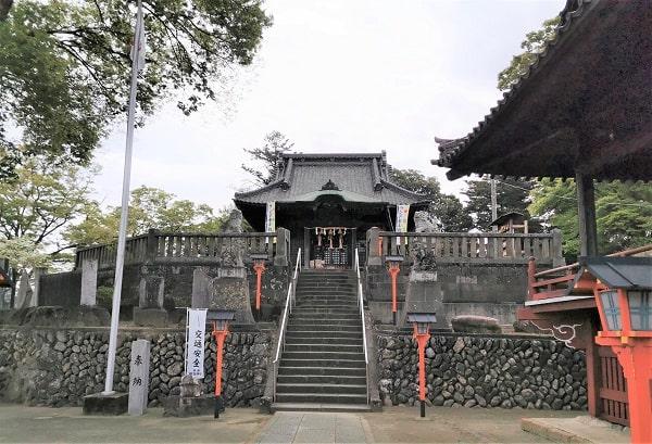 石段をのぼって社殿に行く風景