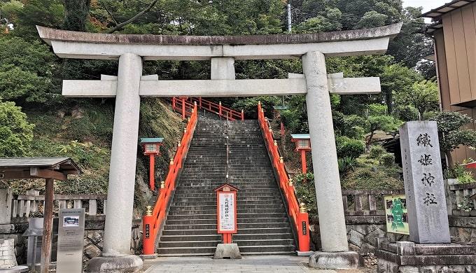 足利織姫神社の一の鳥居と石段の風景