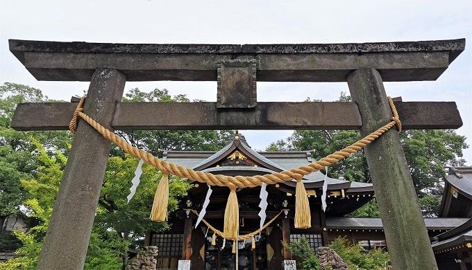 一の鳥居と拝殿の正面風景