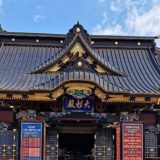 絢爛豪華な社殿の正面風景