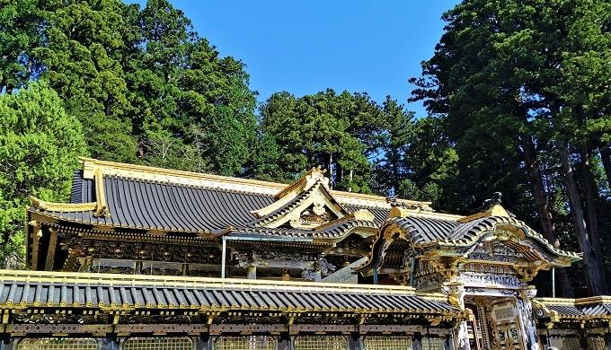 豪華絢爛な唐門と拝殿の画像