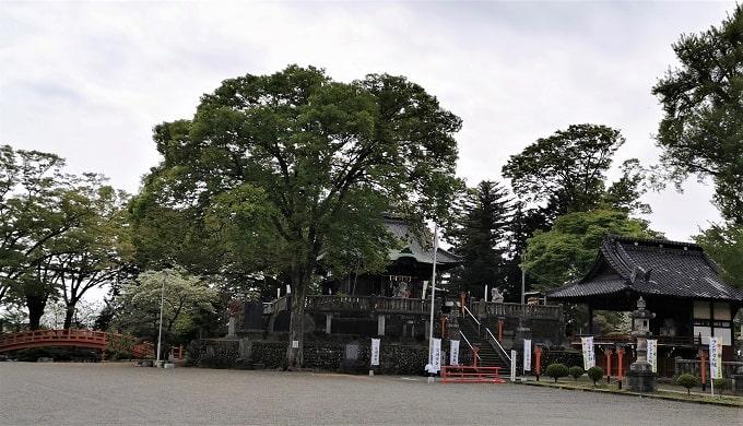 古墳上に鎮座する諏訪神社の風景