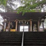 社殿に向かう参道の階段と門の風景