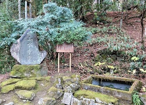 境内にある石碑の風景