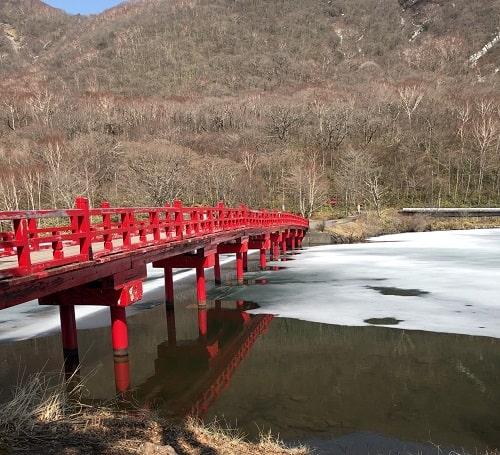 赤城神社で有名な朱色の橋の風景