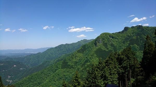 遥拝殿から奥宮方面を見た風景