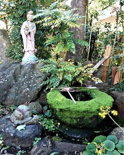 観音像と緑の苔の風景
