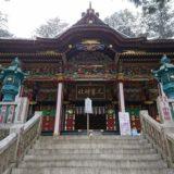 階段の上にそびえる三峯神社拝殿の風景