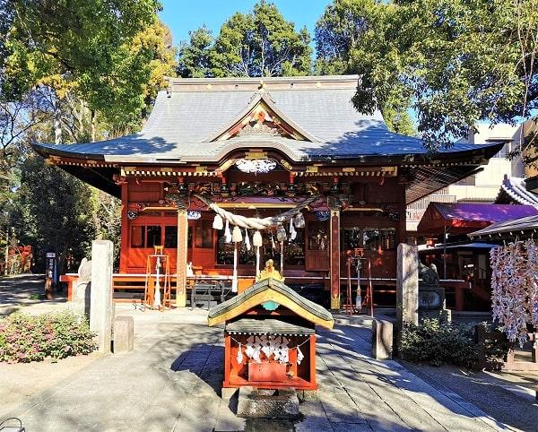 色鮮やかな拝殿正面の風景