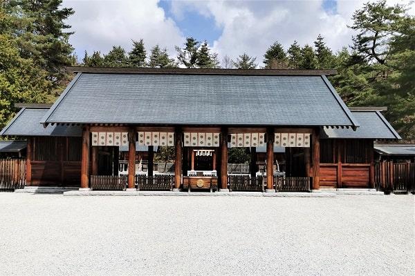 大きな拝殿正面の風景