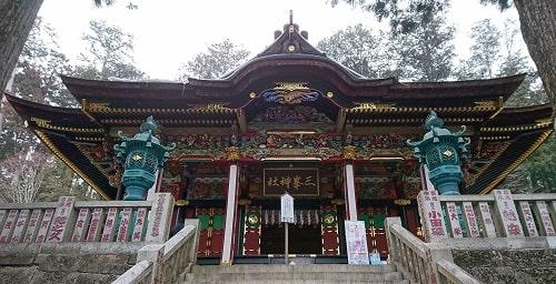 迫力のある三峯神社拝殿の正面風景