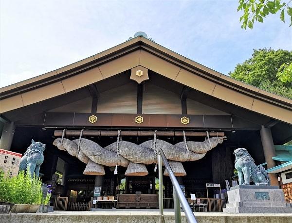 大しめ縄が凄い拝殿正面の風景