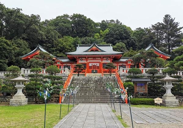 朱色に塗装された社殿の風景