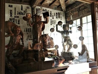 山門内、木彫りの色々な神様の像