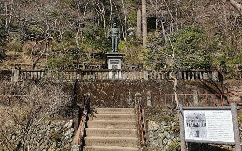 生前の東郷元帥が写っている看板も含めた東郷元帥の像の風景