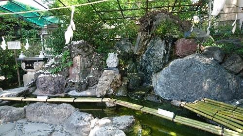 銭を洗う場所の中央に弁財天様が鎮座している風景