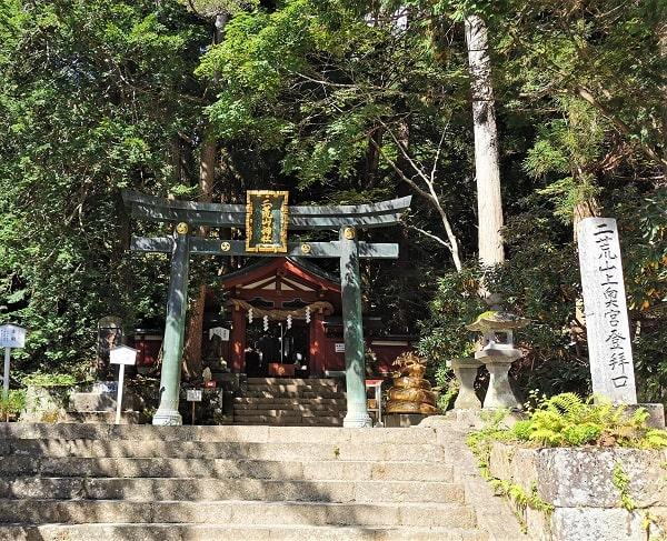 登拝口となる鳥居と門の風景