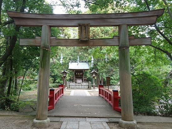 大宮氷川神社の摂社である宗像神社の鳥居と奥には拝殿がある