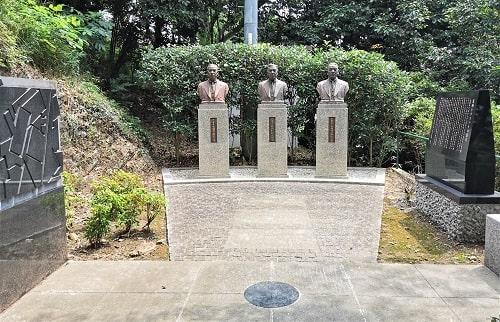 足利リコット発展に寄与された3人の銅像の風景