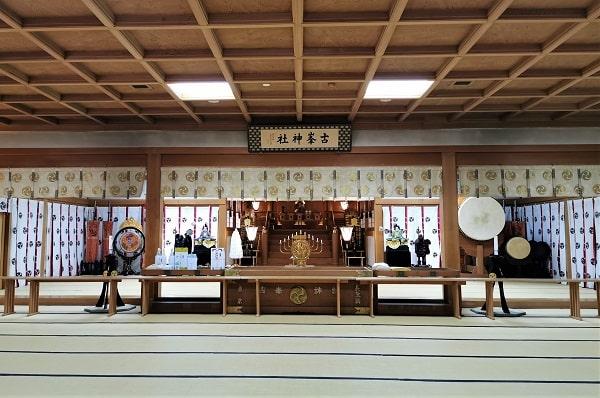 畳の部屋の奥にある参拝場所の風景