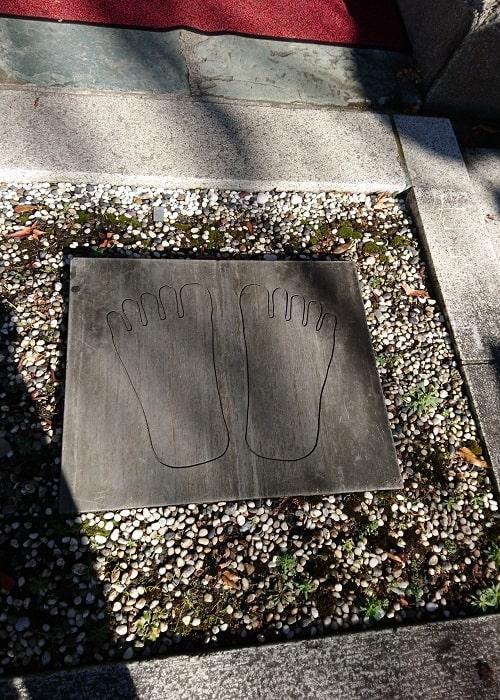 お釈迦様の足跡が刻まれている石の風景