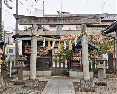 瘡守稲荷社と目の神社の前にある鳥居からの2社の風景