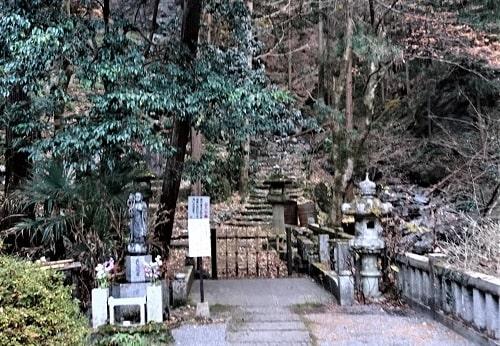 岩屋に行くための入り口の風景